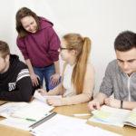 Auzubildende bei einer Gruppenarbeit